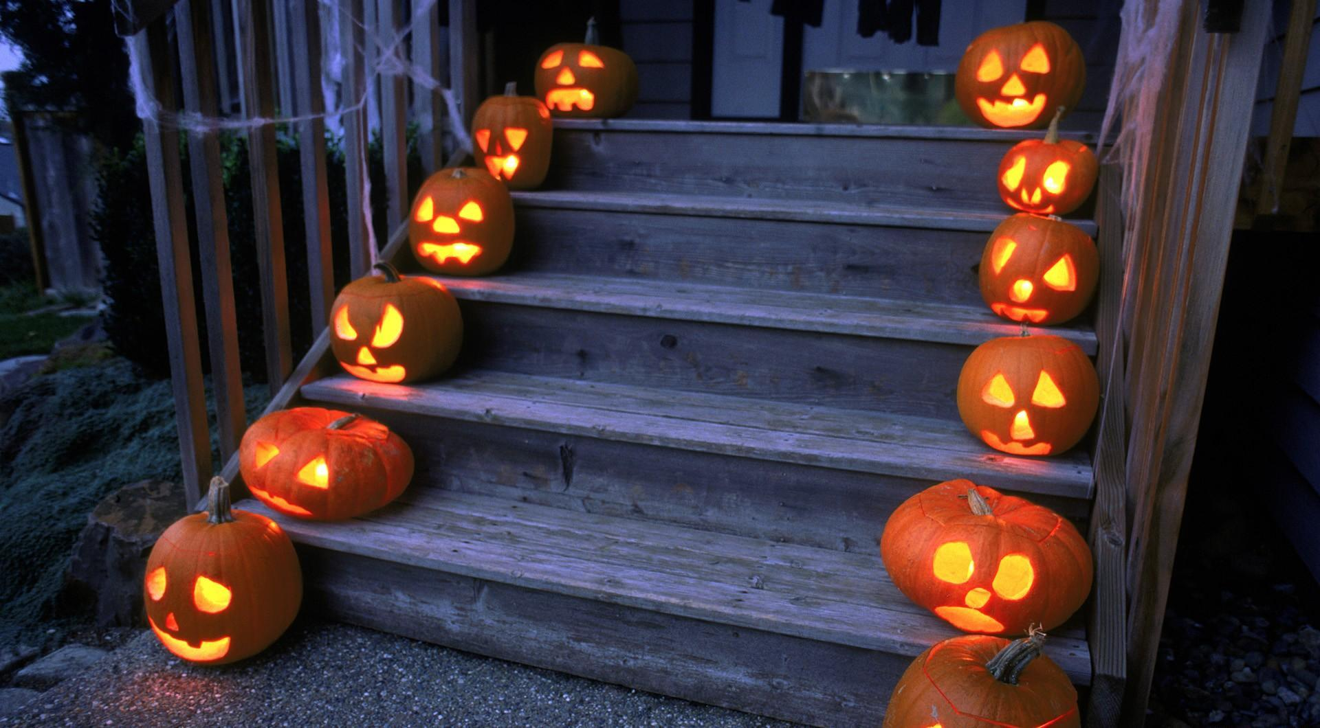 Photo of Decking Your Stairs The Halloween Way