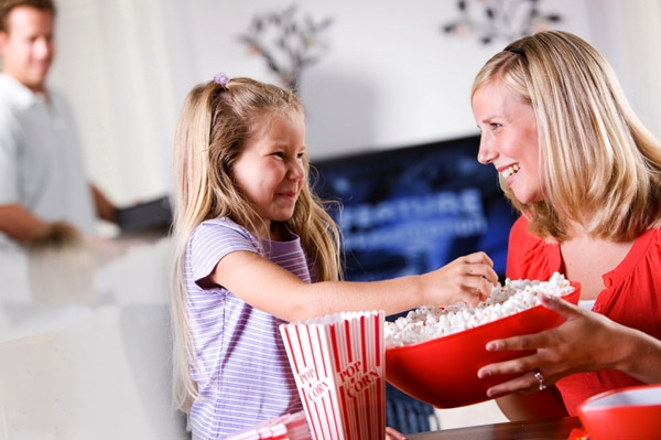 mom-daughter-popcorn-movie