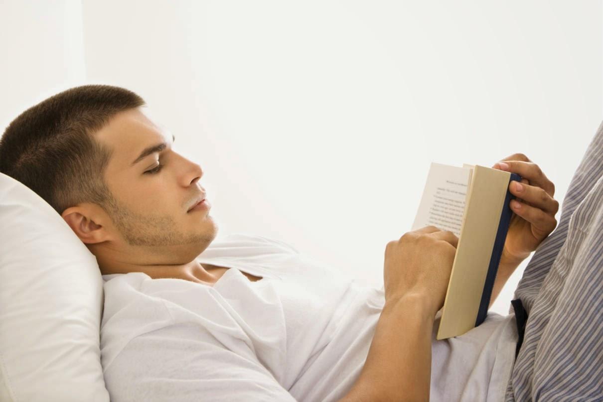 4 Manfaat Mengejutkan Baca Buku Sebelum Tidur! - Dunia ...